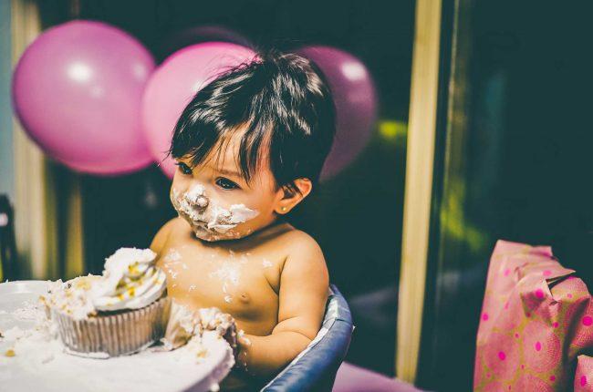 peuter eet verjaardagstaart