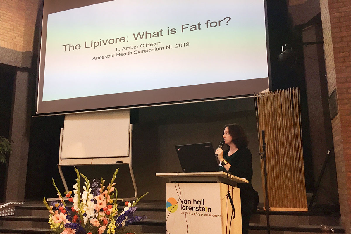 Amber O'Hearn lezing tijdens het Ancestral Health Symposium 2019